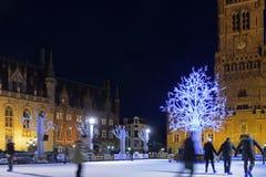 Schlittschuhläufer am Weihnachten in Grote Markt mit Belfort Lizenzfreie Stockfotos