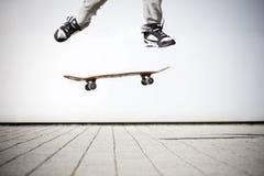 Schlittschuhläufer, der einen Olli bildet Stockbilder