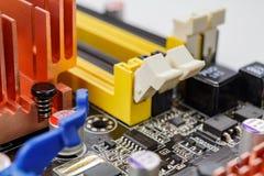 Schlitze für die Installierung von Gedächtnismodulen auf die Motherboardnahaufnahme Lizenzfreie Stockbilder