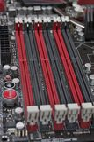 Schlitze für Direktzugriffsspeicher auf dem Motherboardabschluß oben stockfoto