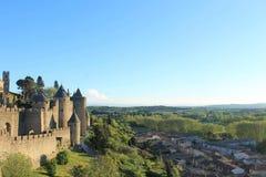 Schloss über der Stadt lizenzfreie stockbilder