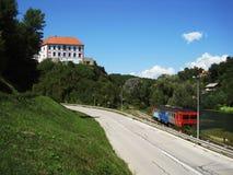 Schloss auf dem Hügel lizenzfreie stockbilder