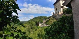 Schloss auf dem Hügel stockbild