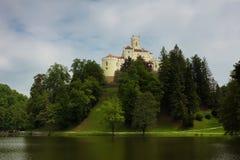 Schloss auf dem Hügel in Trakoscan lizenzfreies stockfoto