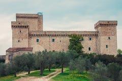 Schloss auf dem Hügel und den Bäumen Lizenzfreie Stockfotografie
