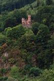 Schloss auf einem Abhang Lizenzfreie Stockbilder