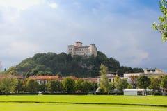 Schloss auf einem Hügel Stockfoto
