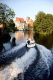 Schloss auf See und Boot Stockfoto