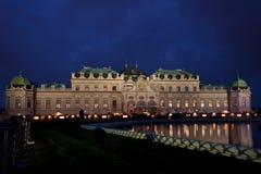 Schloss Belvedere nachts. lizenzfreies stockbild