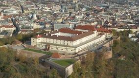 Schloss-Brnos Bruenn des Brummen-Luft-4k Spilberk blauer Himmel stock video