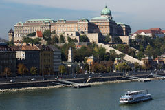 Schloss in Budapest nahe der Donau Stockfotos