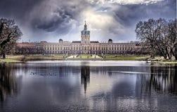 Schloss Charlottenburg, Berlín con el lago imagen de archivo