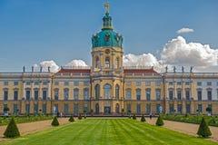 Schloss Charlottenburg (Charlottenburg-Palast) mit Garten in Berlin Lizenzfreie Stockbilder