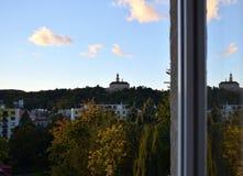 Schloss, das im Fenster sich reflektiert stockfotos