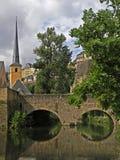 Schloss, das im Fluss sich reflektiert Stockbild