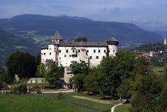 Schloss in den Dolomit, Italien Stockbilder