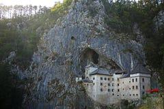 Schloss in den Felsen, Predjama-Schloss-Höhle, Slowenien stockfotografie