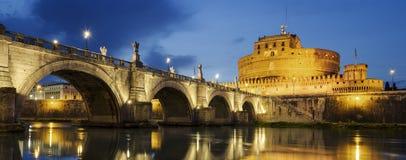 Schloss des heiligen Engels und des heiligen Angel Bridges über dem Tiber-Fluss Lizenzfreie Stockfotos