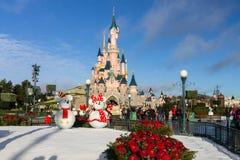 Schloss Disneylands Paris auf Weihnachten stockfotografie