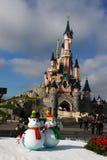 Schloss Disneylands Paris mit Weihnachtsdekorationen Stockbild