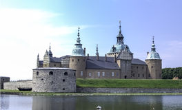 Schloss durch das Wasser Lizenzfreie Stockfotos