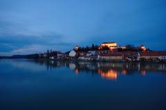 Schloss durch den Fluss an der blauen Stunde Stockfoto