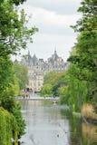 Schloss durch den See stockbild