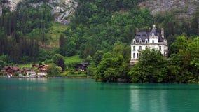 Schloss durch den Seeufer bei Iseltwald Lizenzfreie Stockbilder