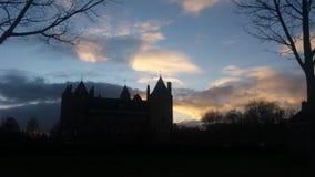 Schloss durch Sonnenuntergang Stockbild