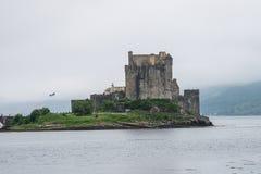Schloss Eilean Donan unter schottischem Nebel, Schottland, Großbritannien lizenzfreies stockbild