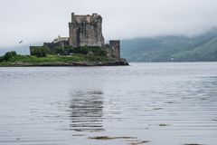 Schloss Eilean Donan unter schottischem Nebel, Schottland, Großbritannien lizenzfreie stockfotografie
