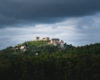 Schloss an einem moutain stockfotografie