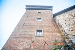 Schloss in einem Sommernebel von Karlovac-Stadt lizenzfreie stockfotos