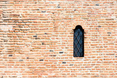 Schloss-Fenster auf Backsteinmauer Lizenzfreies Stockfoto