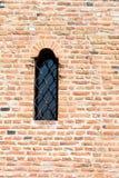 Schloss-Fenster auf Backsteinmauer Stockfotos