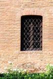 Schloss-Fenster auf Backsteinmauer Stockfoto
