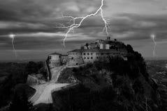 Schloss getrennt im Hügel während des Sturms Stockfotografie