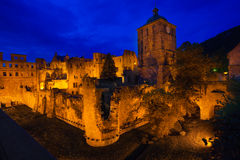 Schloss Heidelberg avec les lumières d'or pendant la nuit Photographie stock libre de droits