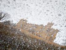 Schloss Hohenschwangau hinter Regentropfen Stockbilder