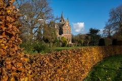 Schloss im Garten lizenzfreies stockbild