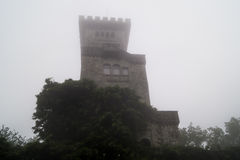 Schloss im Nebel Stockfotos