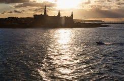 Schloss im tne Sonnenuntergangmeer Stockbild