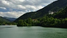 Schloss Klaus & Klaus Stausee, Oberosterreich, Австрия стоковые изображения rf