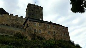 Schloss Kost auf Felsen stock video
