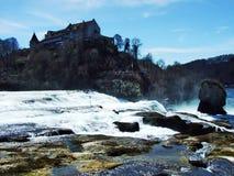 Schloss Laufen sono Rheinfall o il castello di Laufen, Neuhausen sono Rheinfall immagine stock libera da diritti