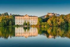 Schloss Leopoldskron con la fortezza di Hohensalzburg a Salisburgo al tramonto, Austria Immagini Stock