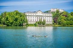 Schloss Leopoldskron con la fortezza di Hohensalzburg a Salisburgo, Austria Fotografia Stock Libera da Diritti