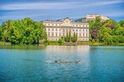 Schloss Leopoldskron con la fortezza di Hohensalzburg a Salisburgo, Austria Fotografie Stock Libere da Diritti
