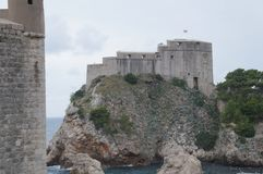 Schloss Lovrijenac auf einer Klippe in Dubrovnik Stockfoto