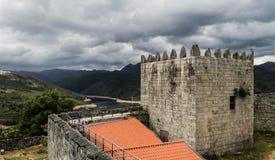 Schloss mit Bergen im Hintergrund lizenzfreie stockbilder